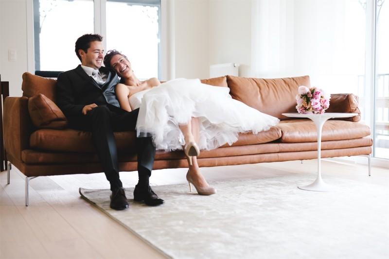 bruid en bruidegom samen in de zetel