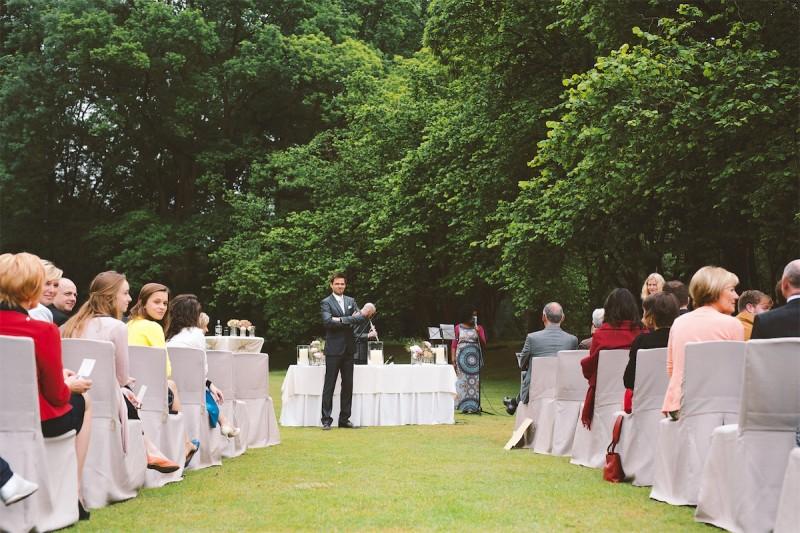 bruidegom staat klaar tijdens de huwelijksceremonie