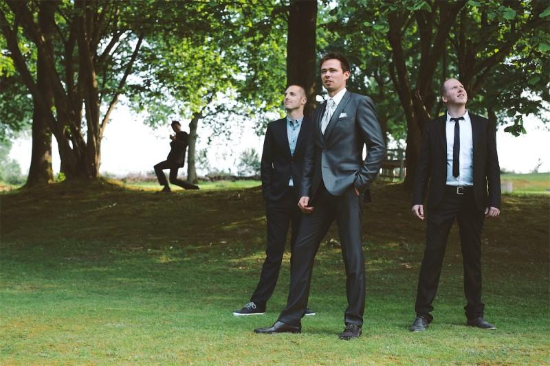 groepsfoto met de getuigen op een huwelijk