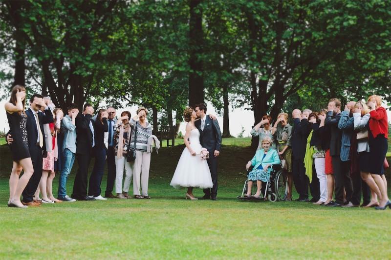 groepsfoto op een huwelijk