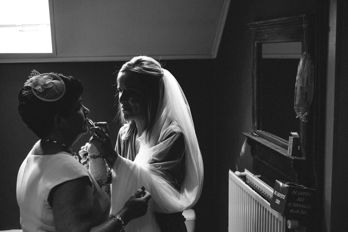 bruid helpt mama met makeup