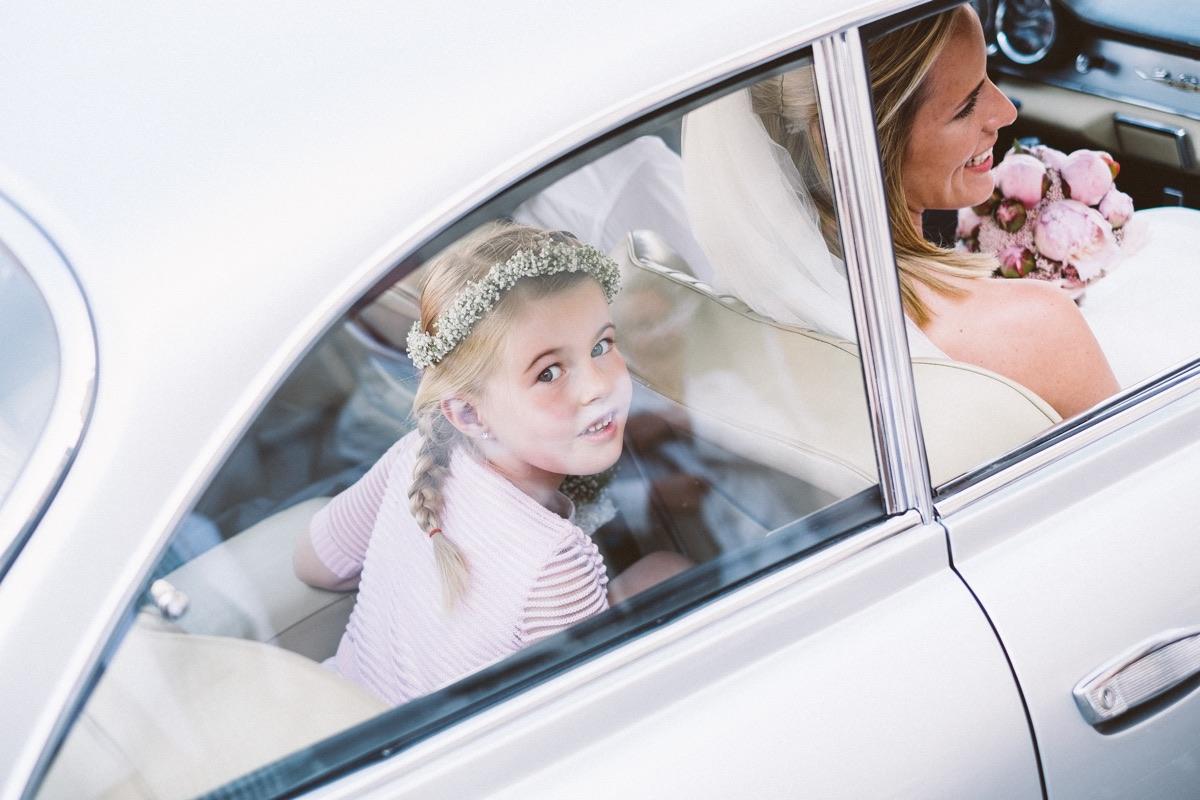schattig bruidskindje in de auto