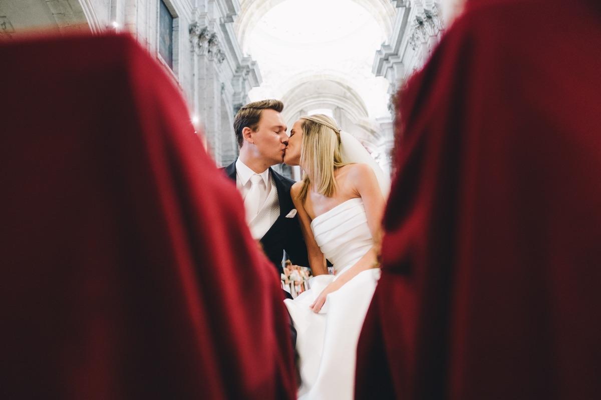 de kus in de kerk