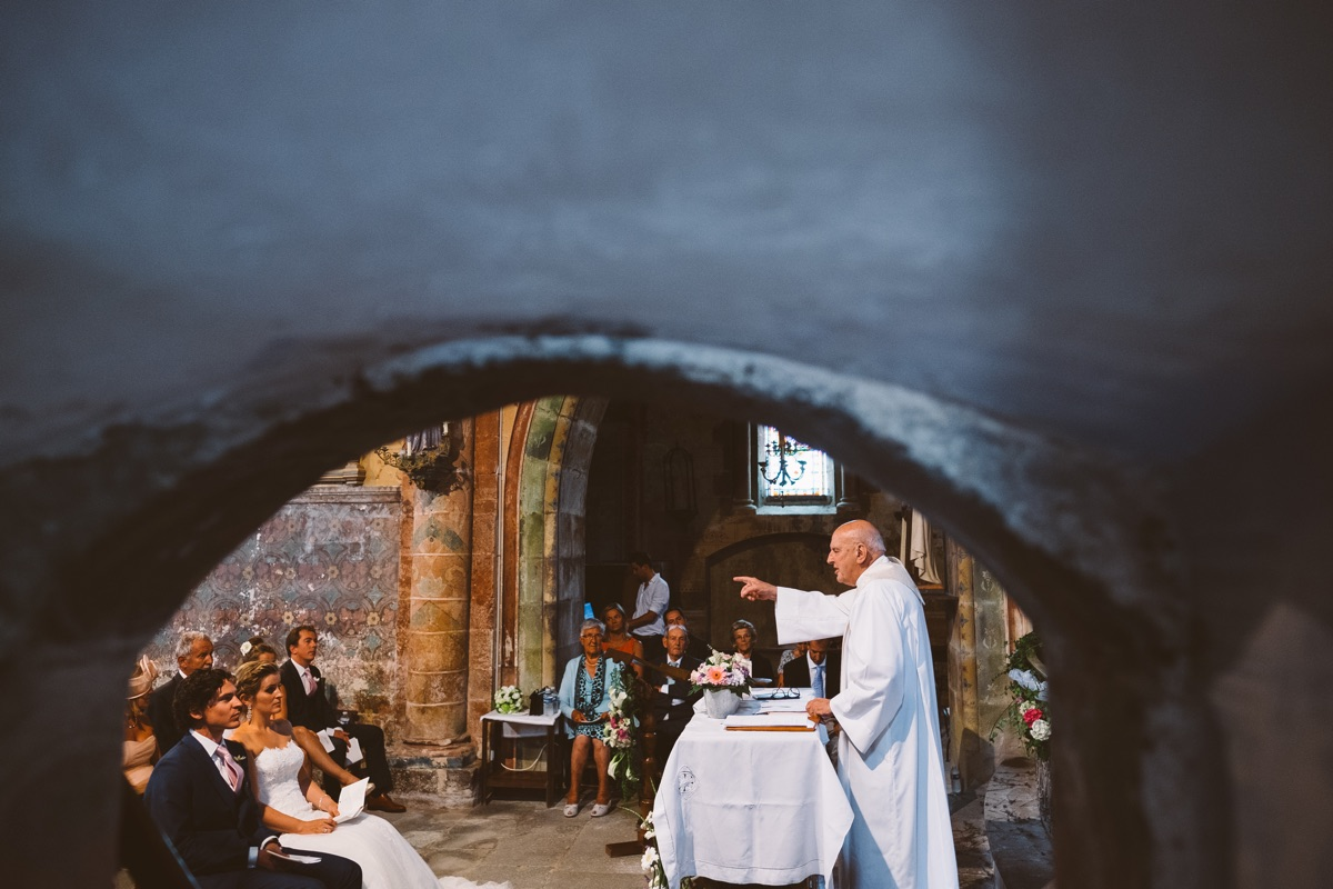 pastoor in frankrijk voor de huwelijksmis