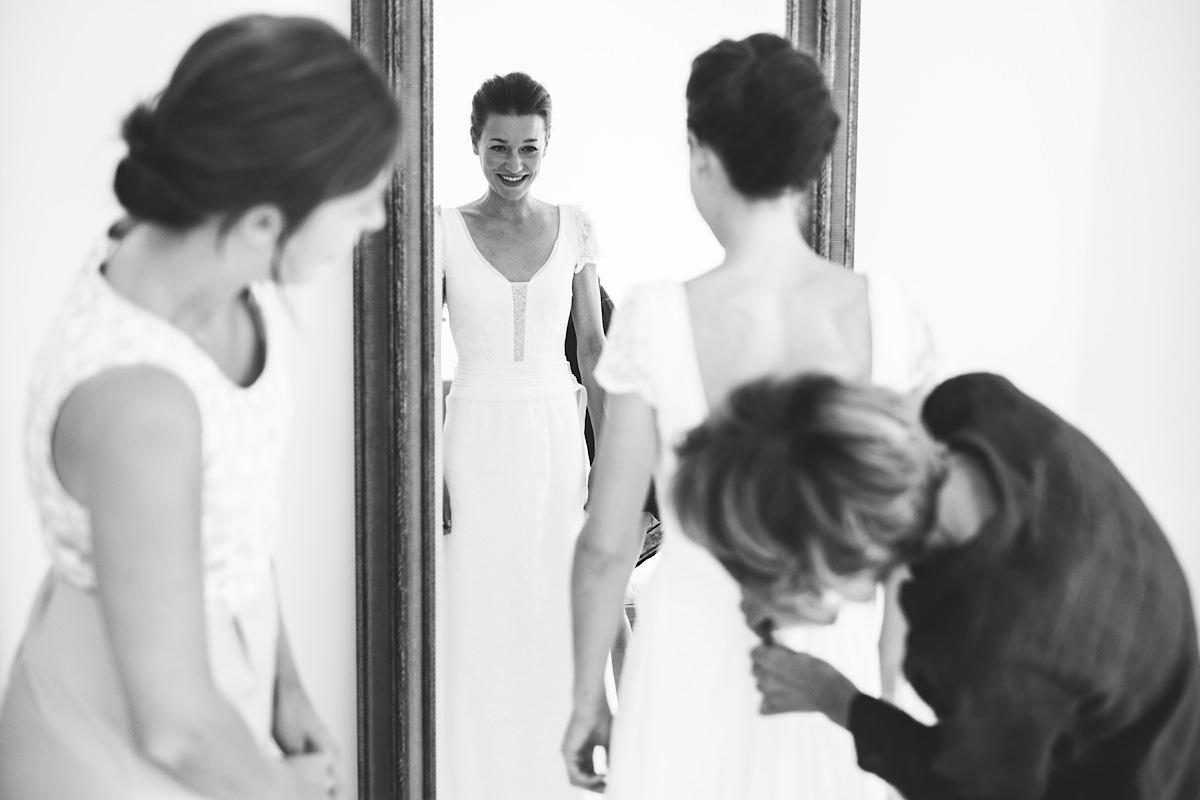 bruid en mama in de spiegel