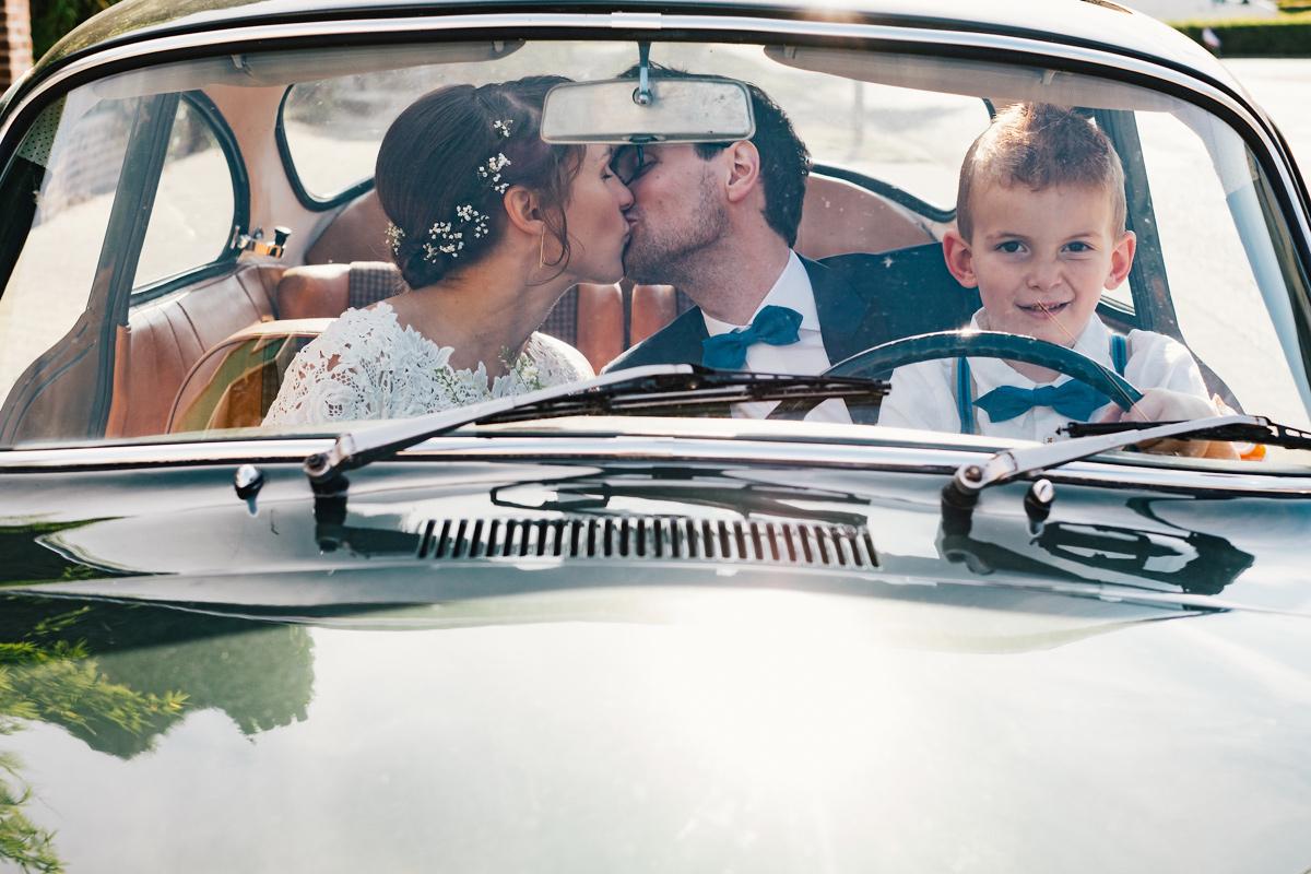 huwelijksfoto's in de auto
