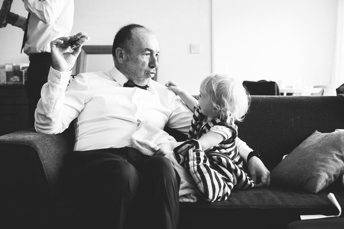 Grappig moment met de opa op een huwelijk