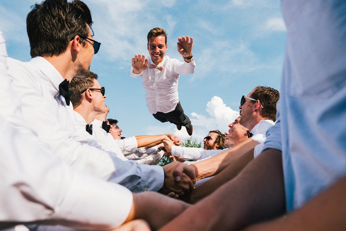 De bruidegom in de lucht ! Groepsfoto's huwelijk