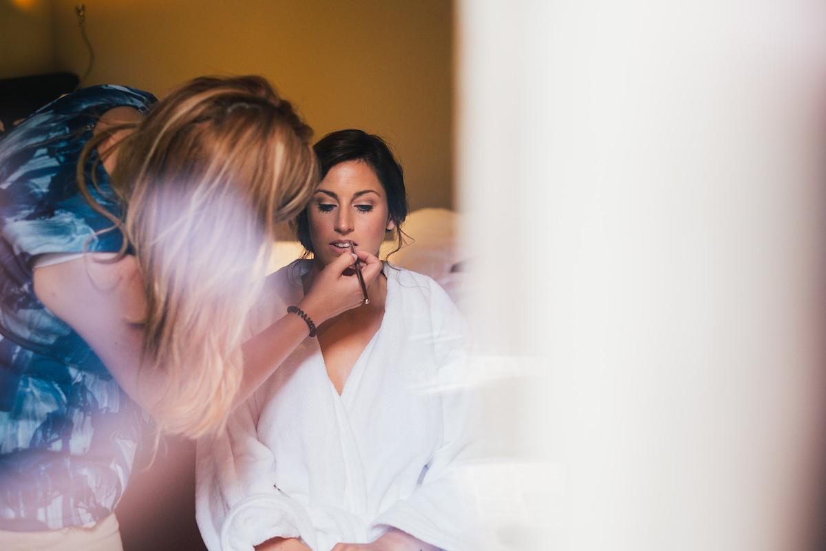 mul haar en make up van de bruid