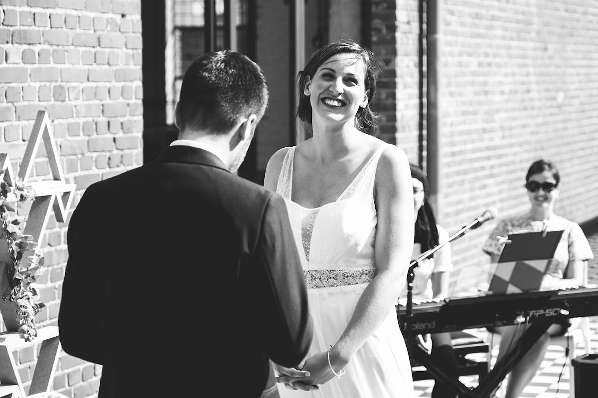de bruid lacht tijdens de geloften