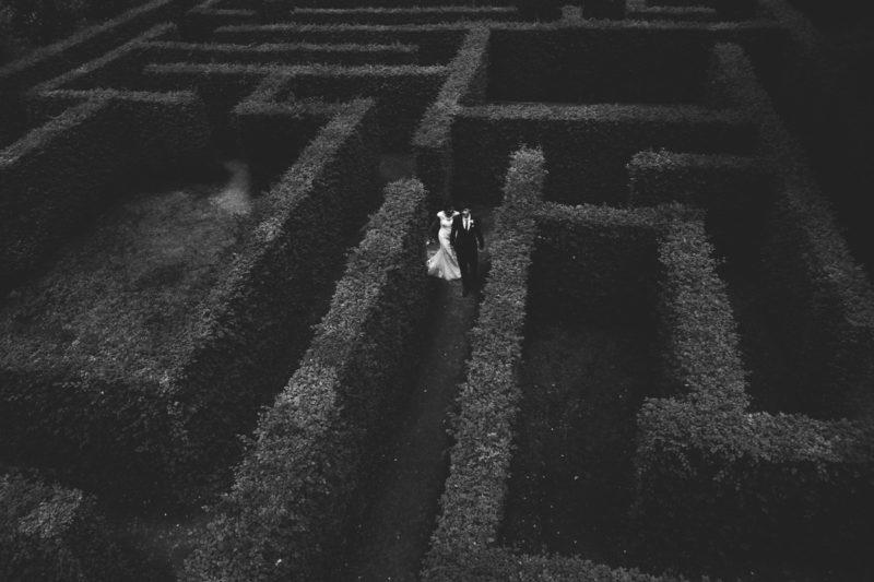 Huwelijksfoto in een doolhof