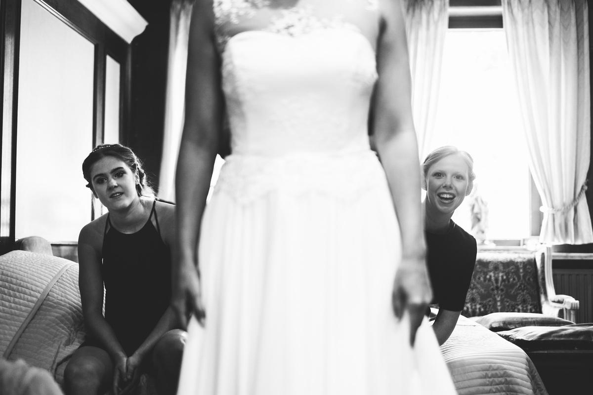 Zus van de bruid en bruidsmeisje op hun trouwdag