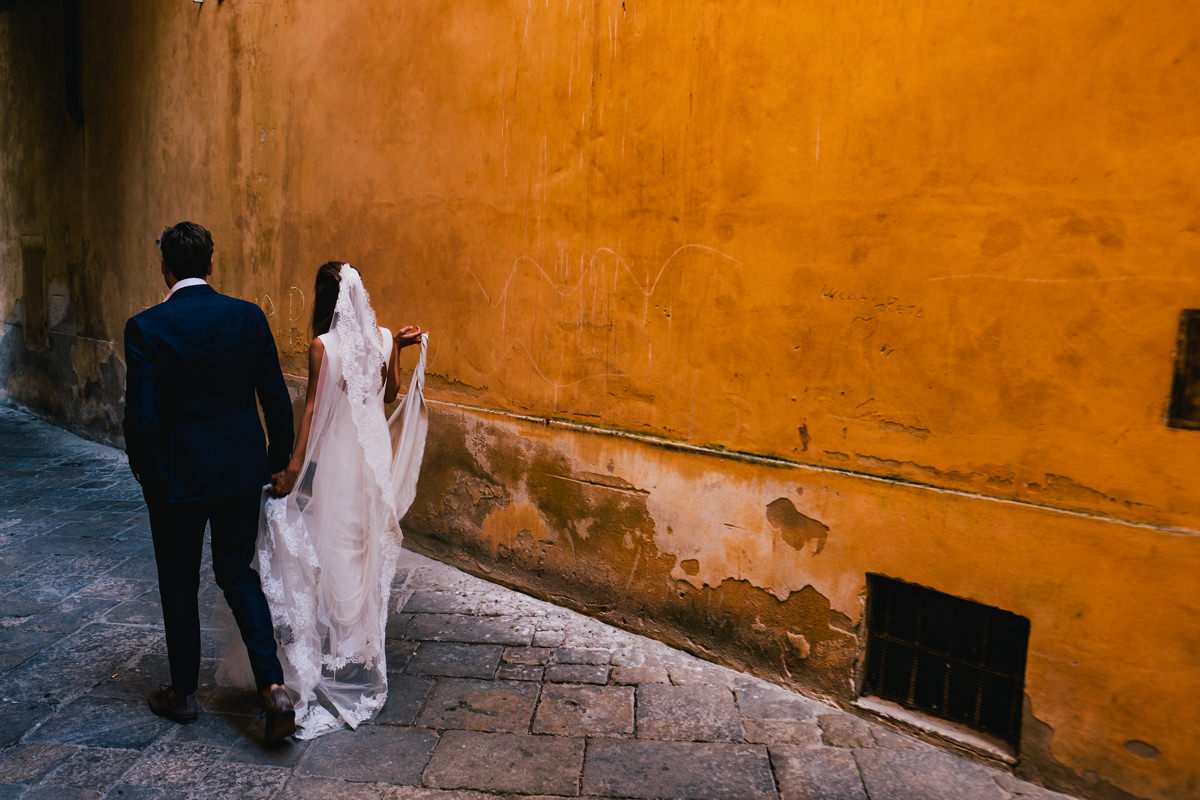 Prachtige kleuren in de straatjes van Voltera Toscane Italië.