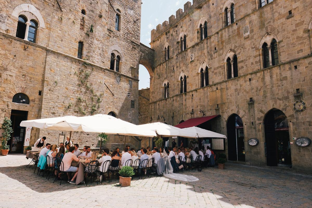 Zalige locatie om lekker te eten op het dorpsplein huwelijksfeest in Voltera Toscane Italië.