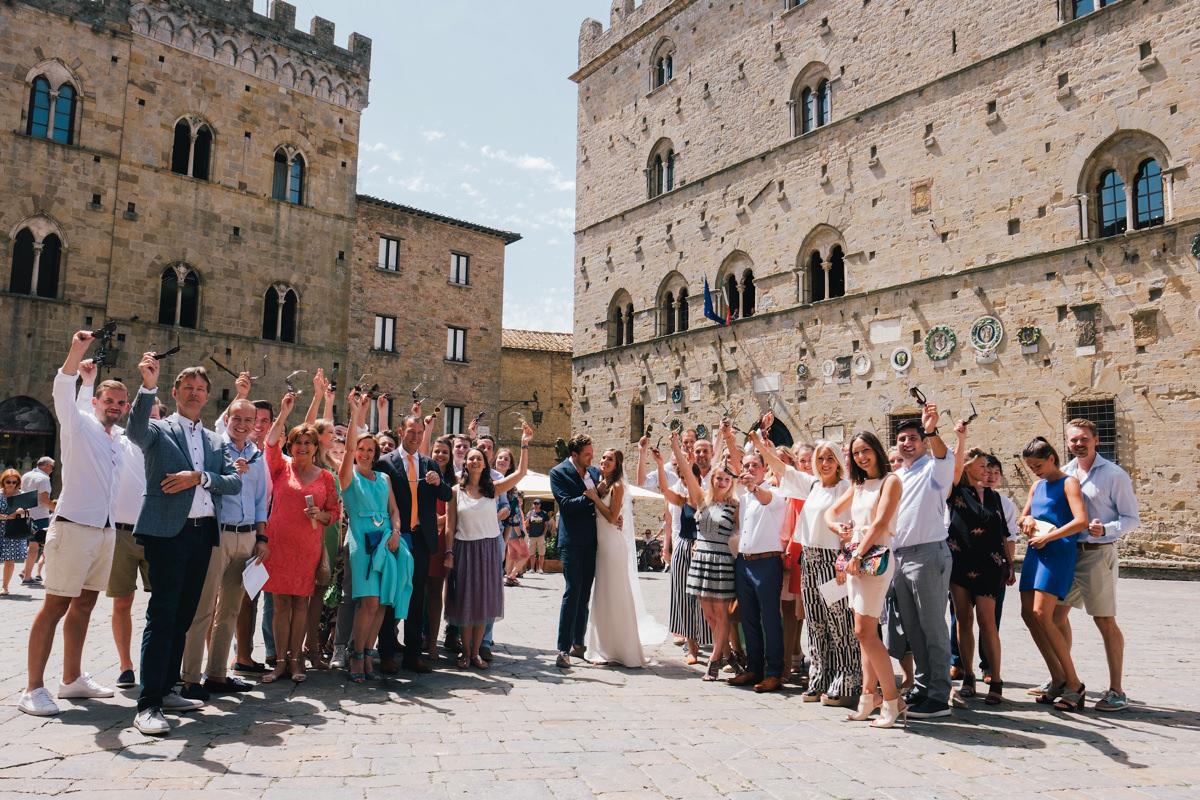 Groepsfoto in Voltera huwelijksfeest Toscane Italië.