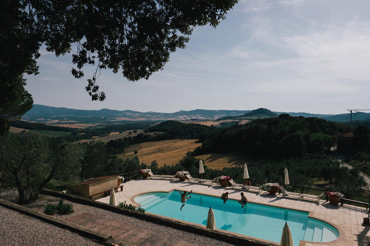 De eerste duik in het zwembad! huwelijksfeest in Toscane Italië.