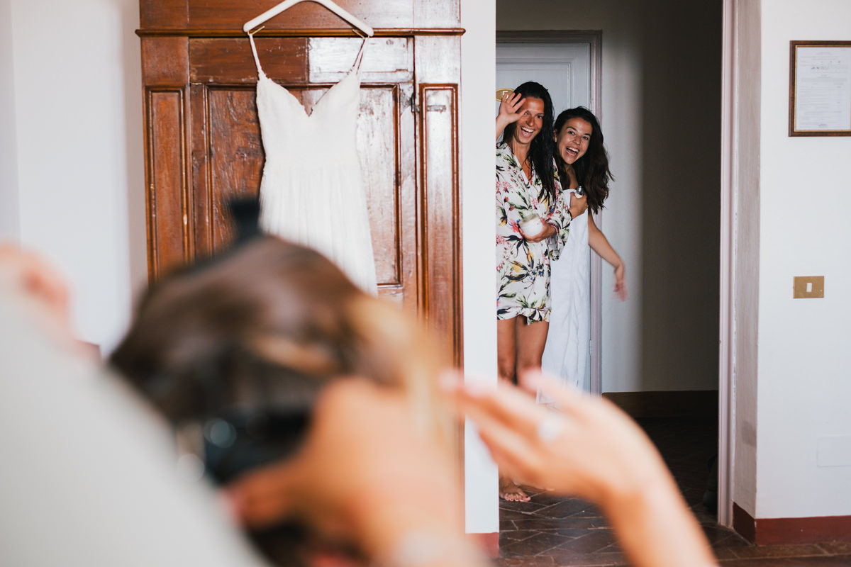 vriendinnen komen langs de bruid